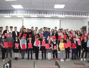 Вручение грамот школьникам из Кыргызстана